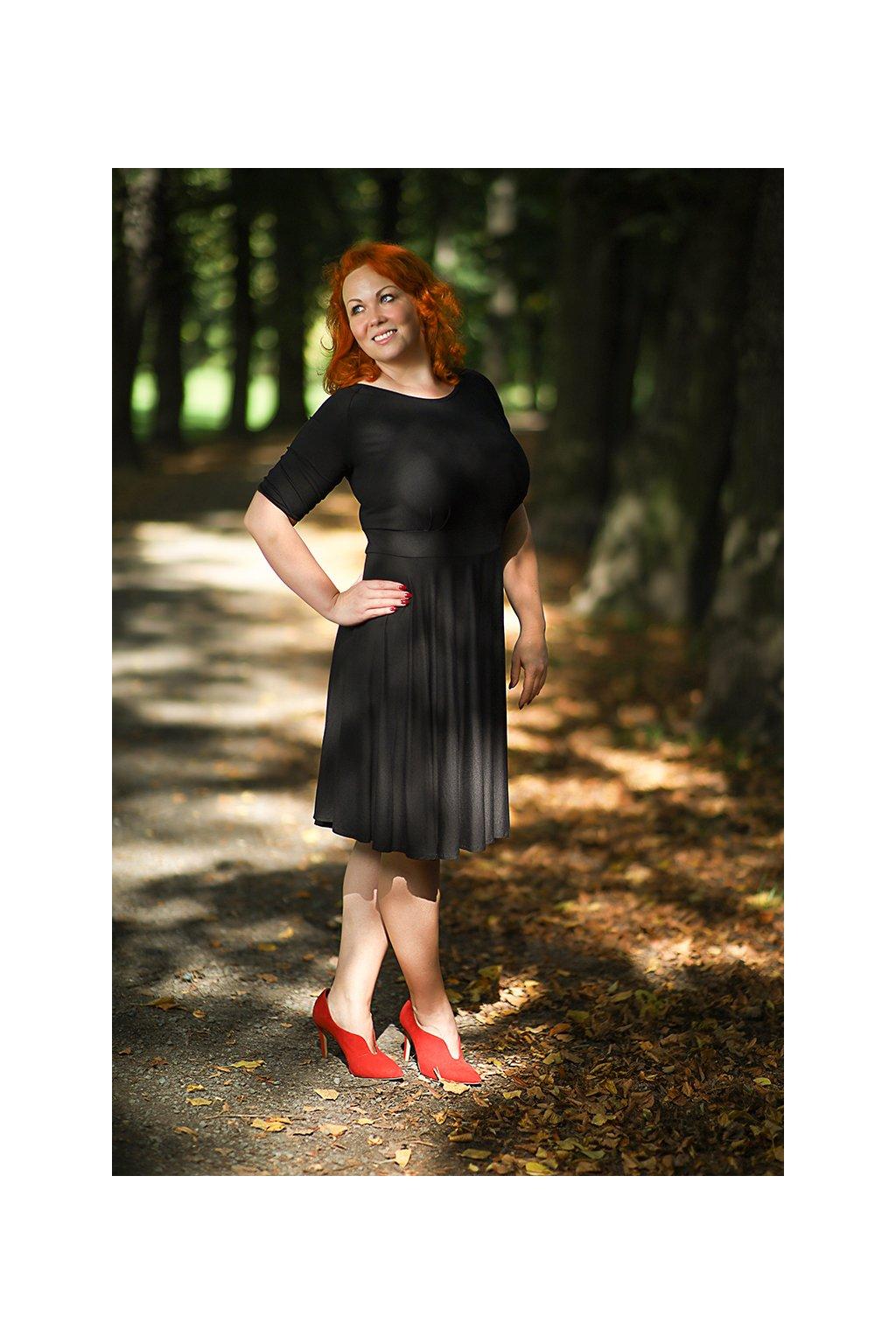 Společenské šaty Lubica s kulatým výstřihem v různých barvách 2