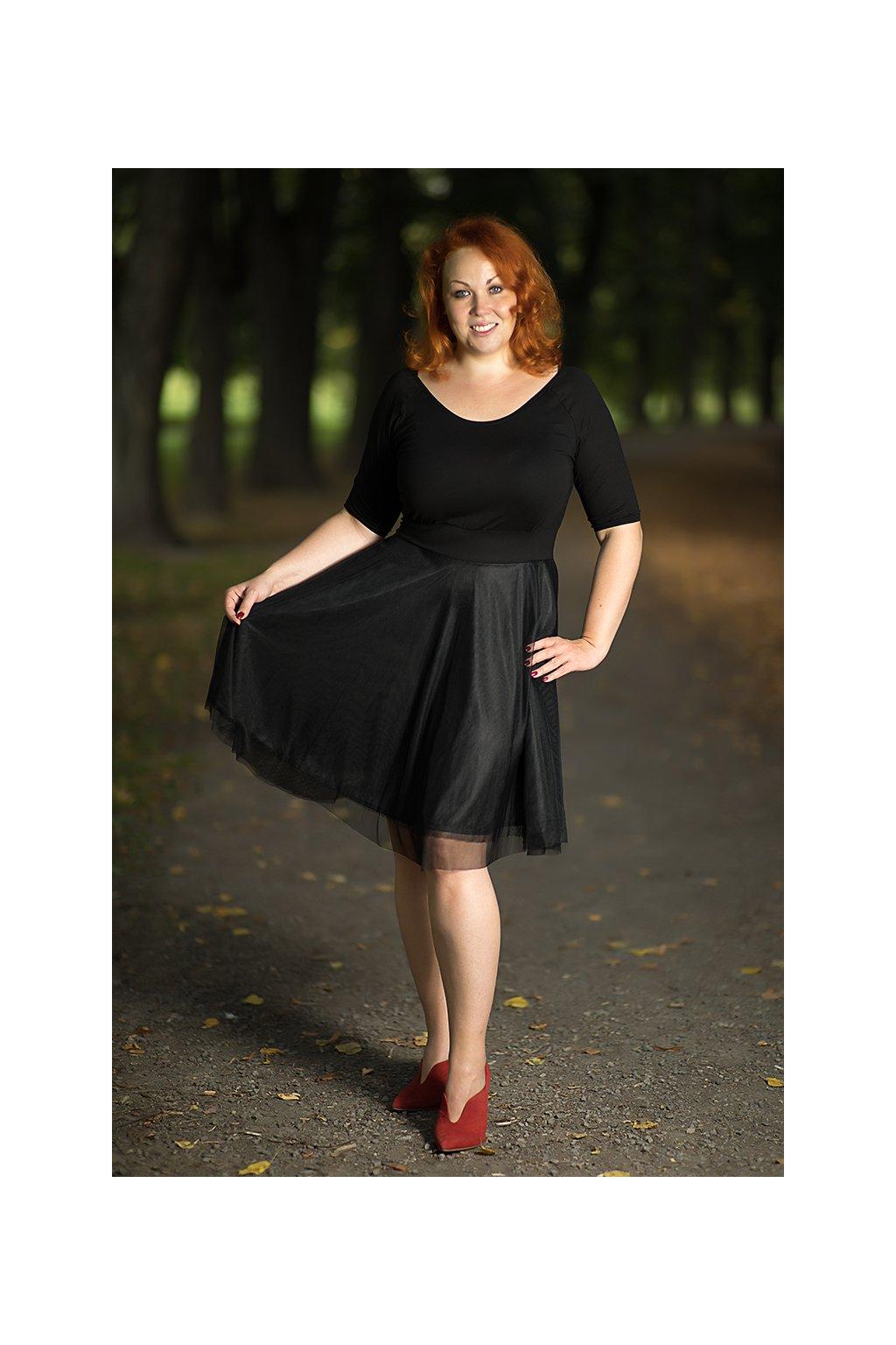 Společenské šaty Charlotta s lodičkovým výstřihem a jemnou splývavou sukní nad kolena