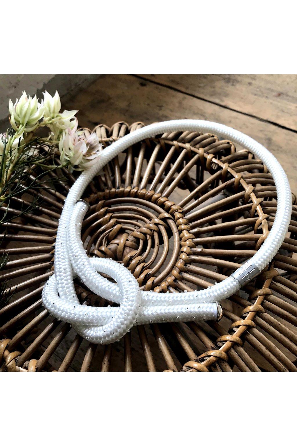 Bílý náhrdelník uzel s korálky 1
