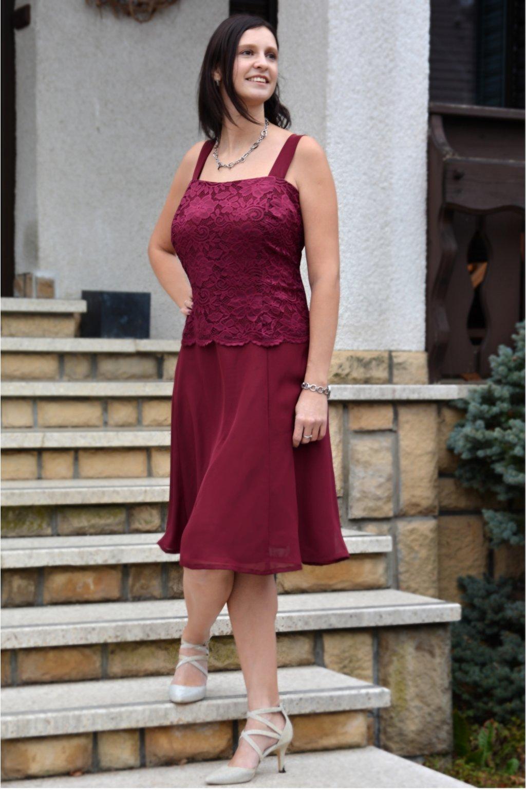 Krásné vínové šaty Timeless s krajkovým bolérkem 8