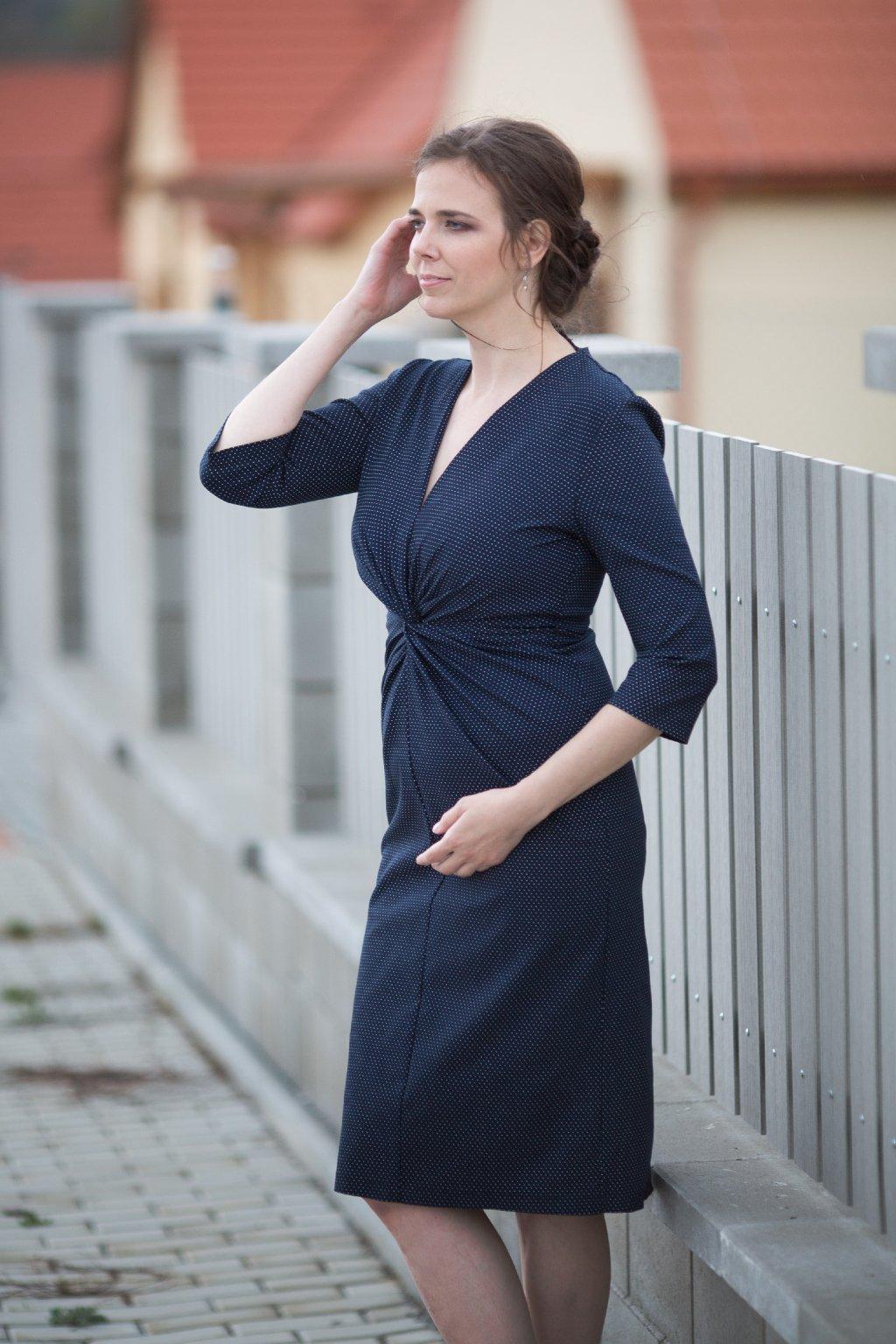 Pouzdrové puntíkové šaty Yosefina tmavě modré 8
