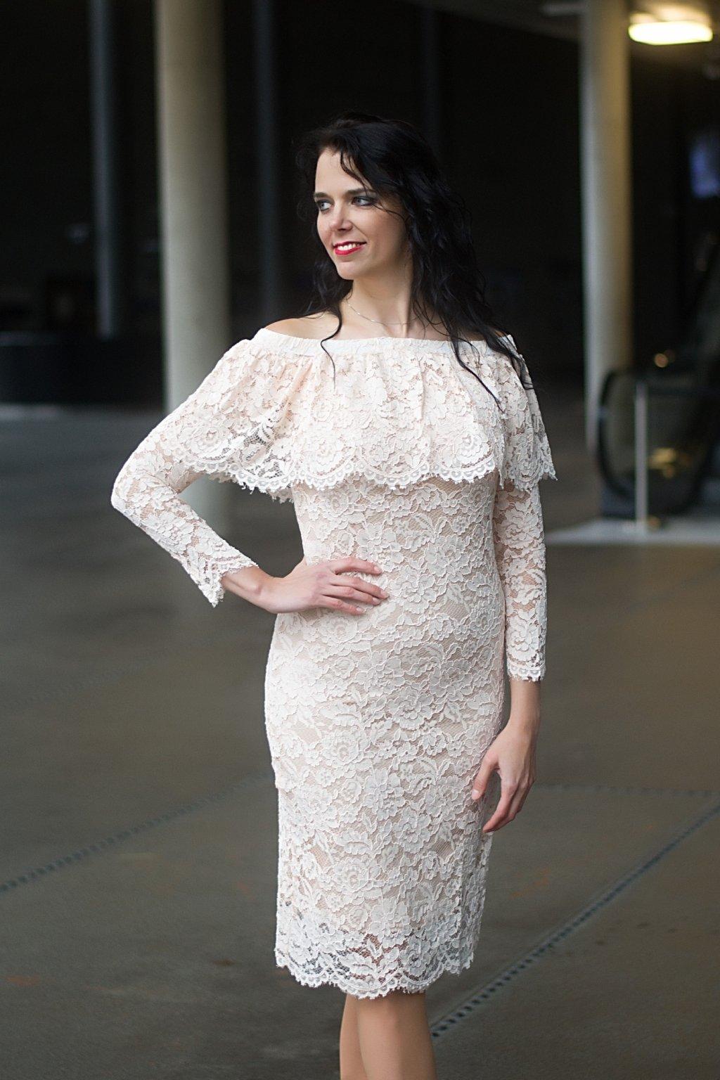 Krajkové šaty Earned s volánovým výstřihem béžové 5