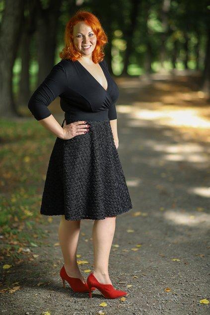 Společenské šaty Vanessa s jemnou splývavou 3D květinovou sukní černá