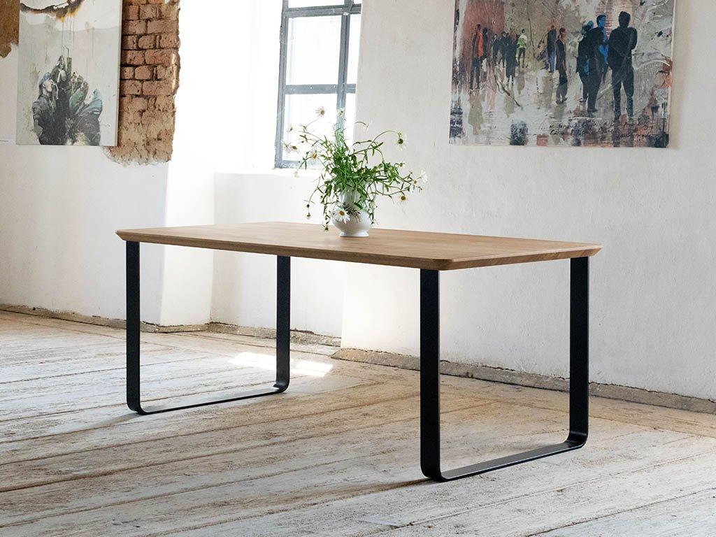 Industriální jídelní stůl z dubového dřeva PETER s kolmou kovovou podnoží