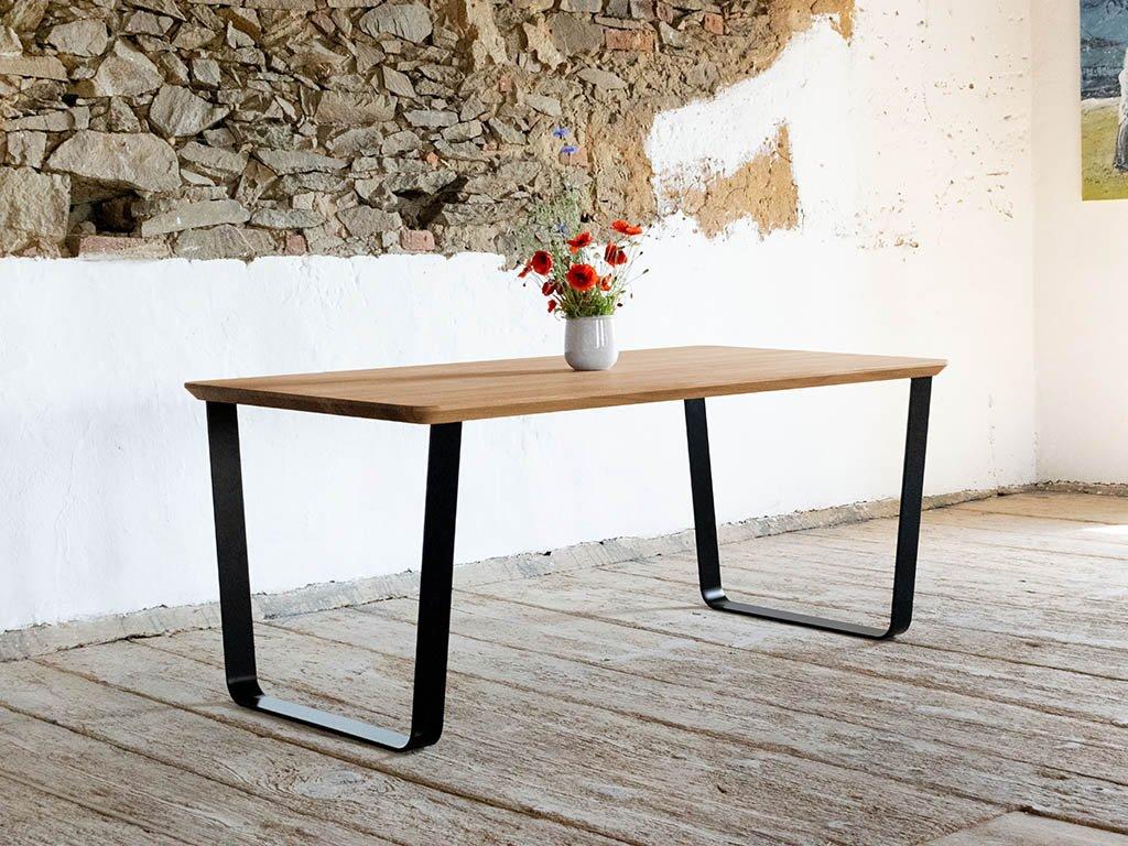 Masivní jídelní stůl z dubového dřeva MIKE s šikmou kovovou podnoží