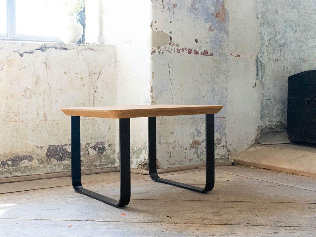 Dubový konferenční stůl SOUL ve tvaru čtverce s kolmou podnoží