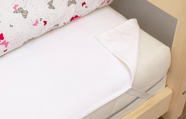 Prečo sa oplatí zaobstarať nielen dieťaťu nepriepustný chránič na matrac?