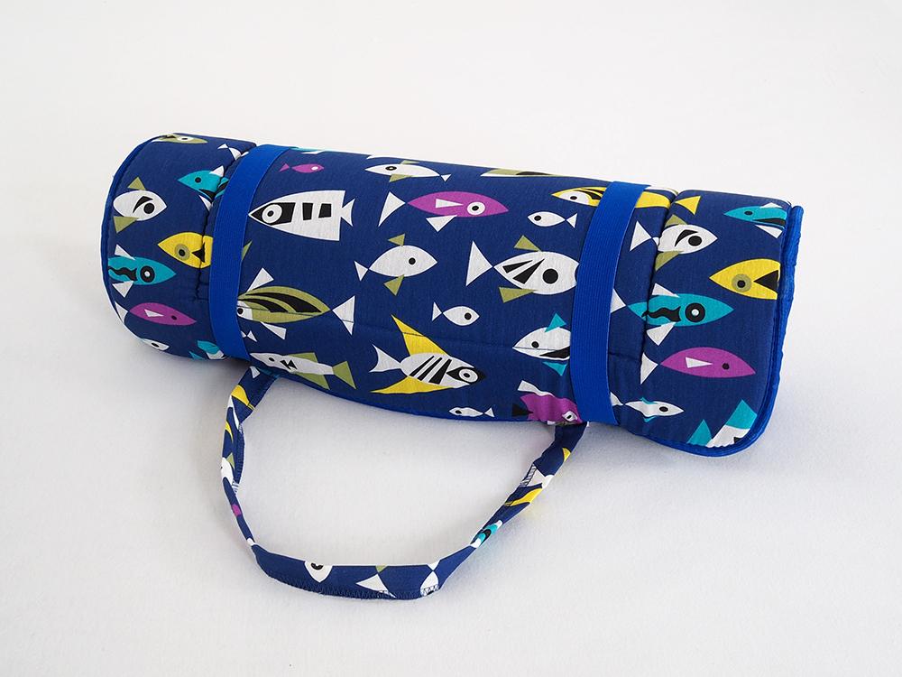 Levně Plážové lehátko v ruličce - modré s černobílými rybkami