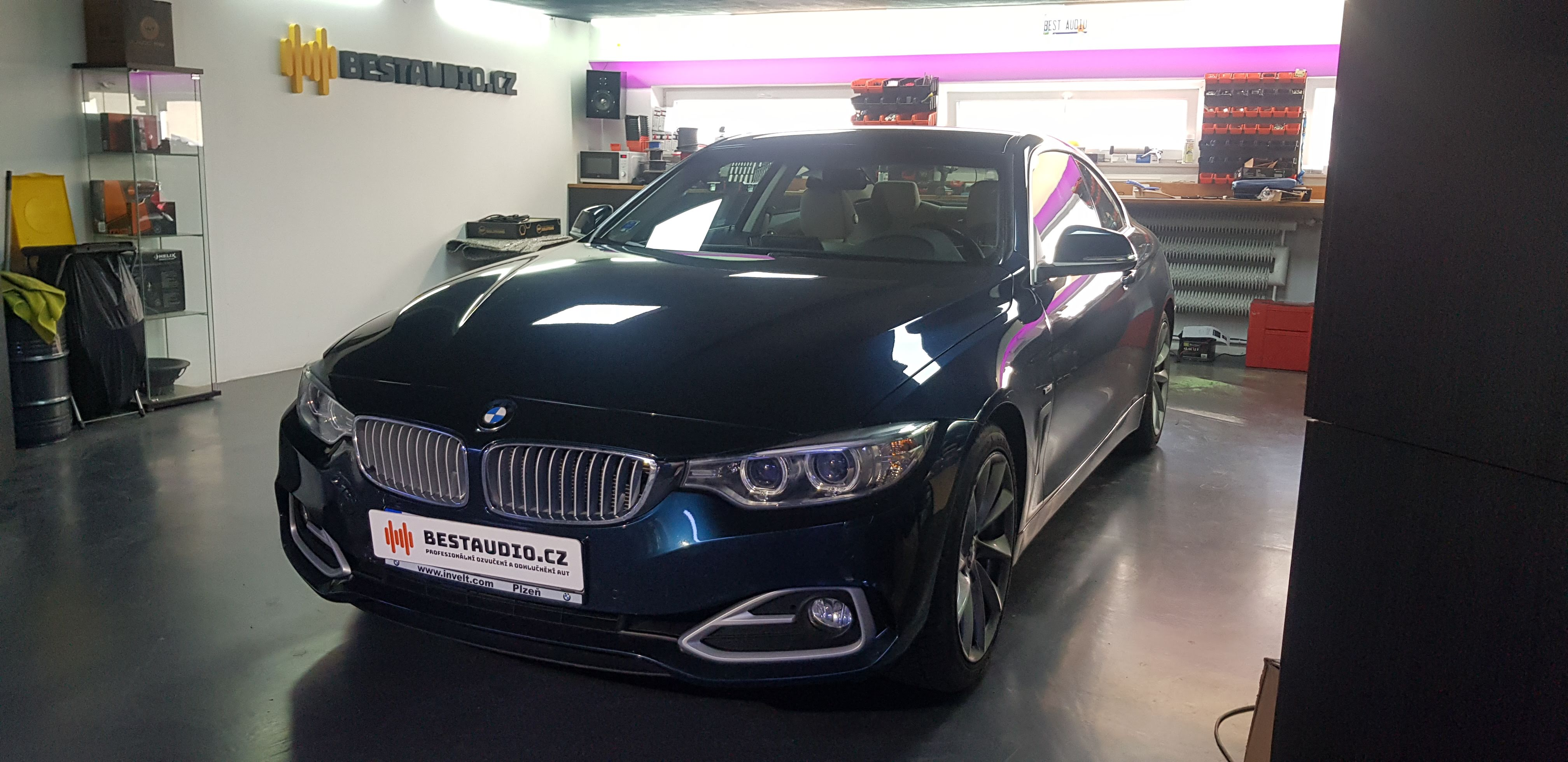 BMW 4 (F32) – instalace subwooferu a výměna předních reproduktorů