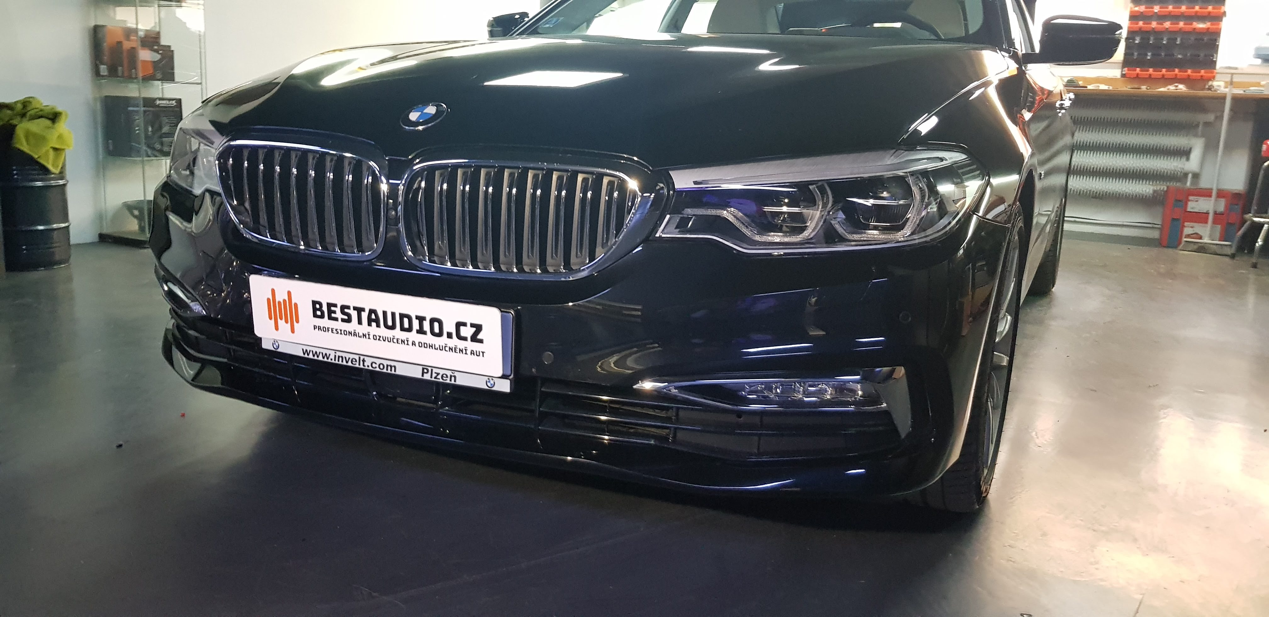 BMW 5 (G30) – ozvučení bez zásahu do vozu – upgrade premiového HiFi Sound Systému (option676)