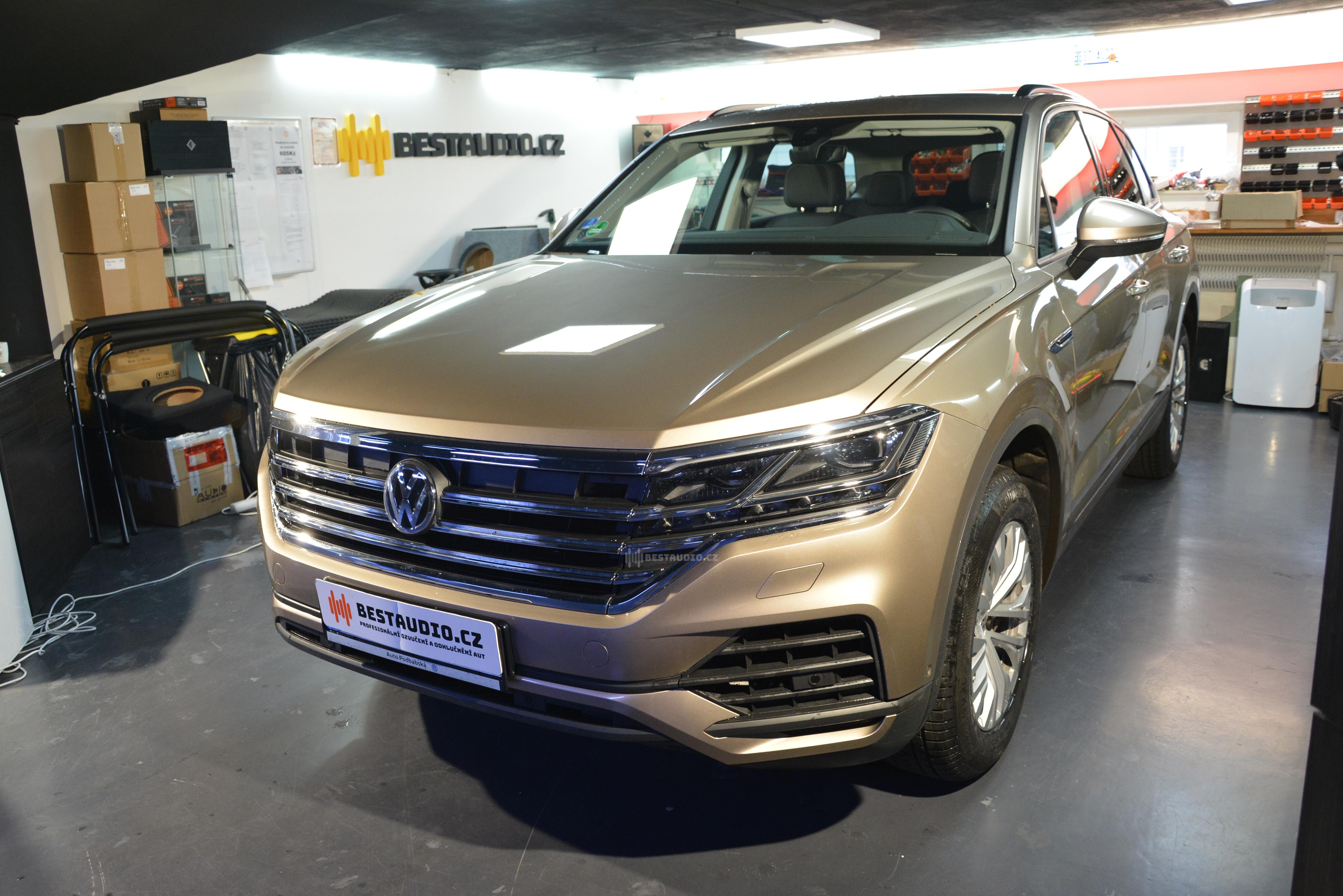 Nový VW Touareg 2019 – instalace aktivního subwooferu do rezervy