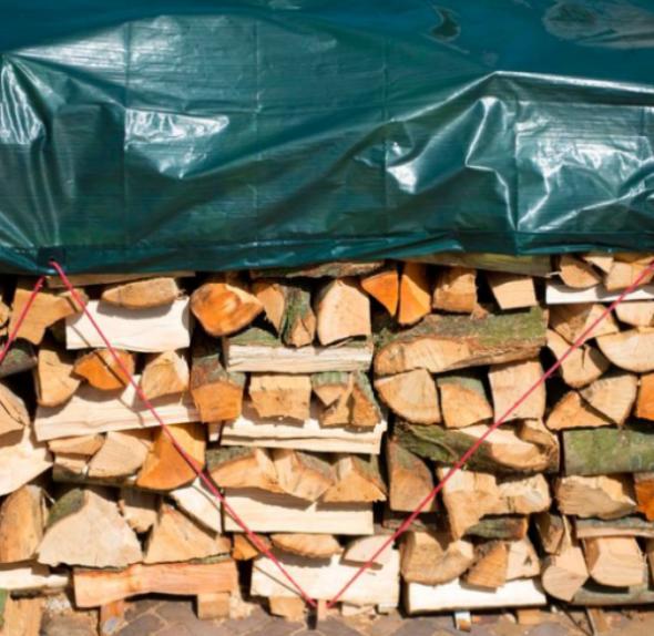Chystáte drevo na zimu, alebo upratujete záhradu? Toto sú 4 tipy ako v záhrade využijete krycie plachty!