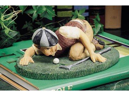 Soška ležícího golfisty