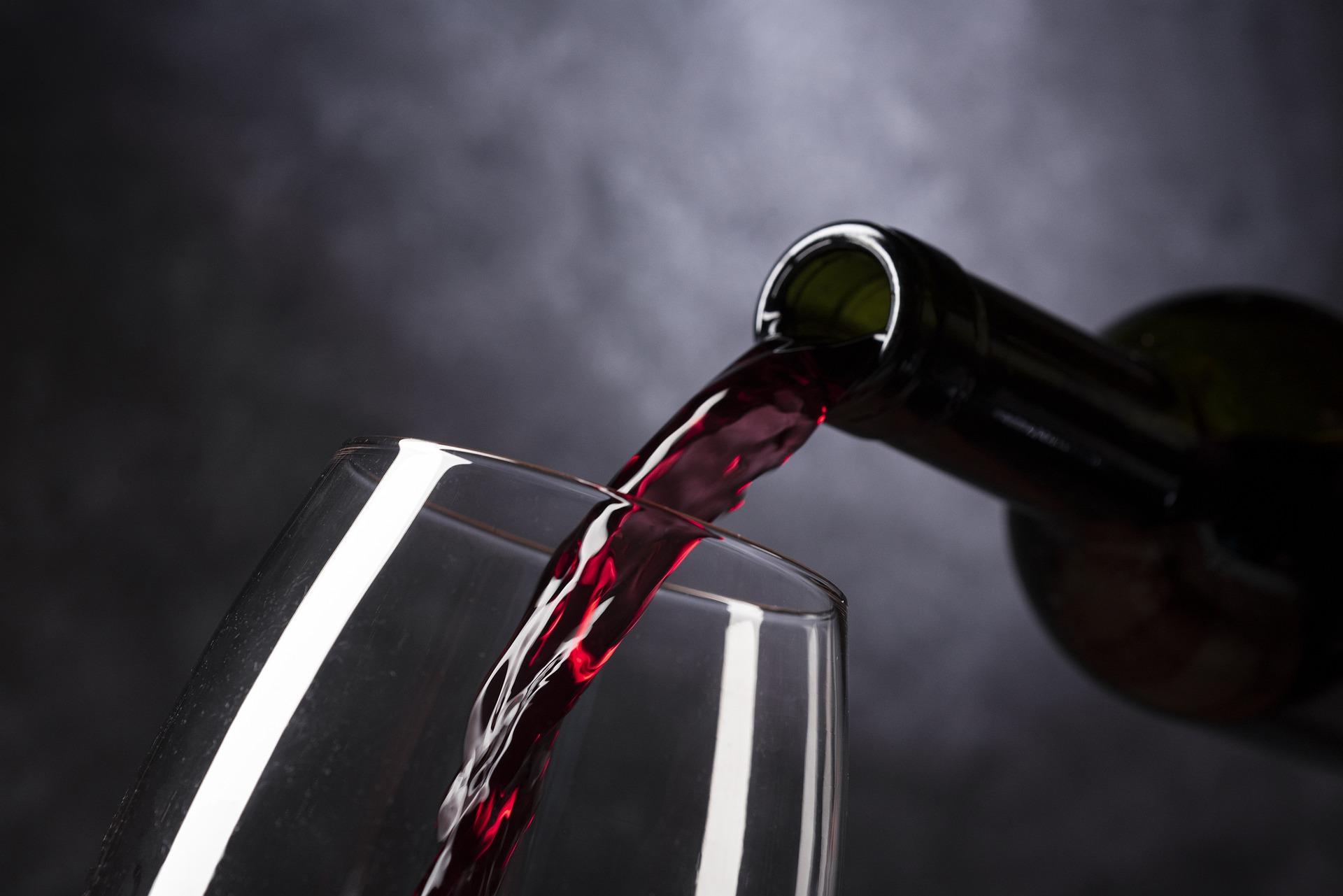 Pořiďte si chytré elektrické vývrtky a provzdušňovače na víno, ušetří vám čas