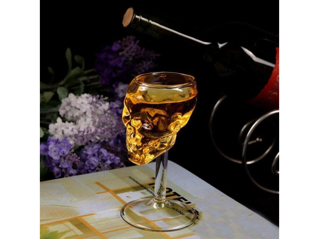 Sklenička na víno ve tvaru lebky