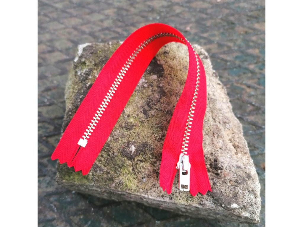 nedělitelný kovový zip YKK stříbrné zuby, vel. 4 - 20 cm, červený