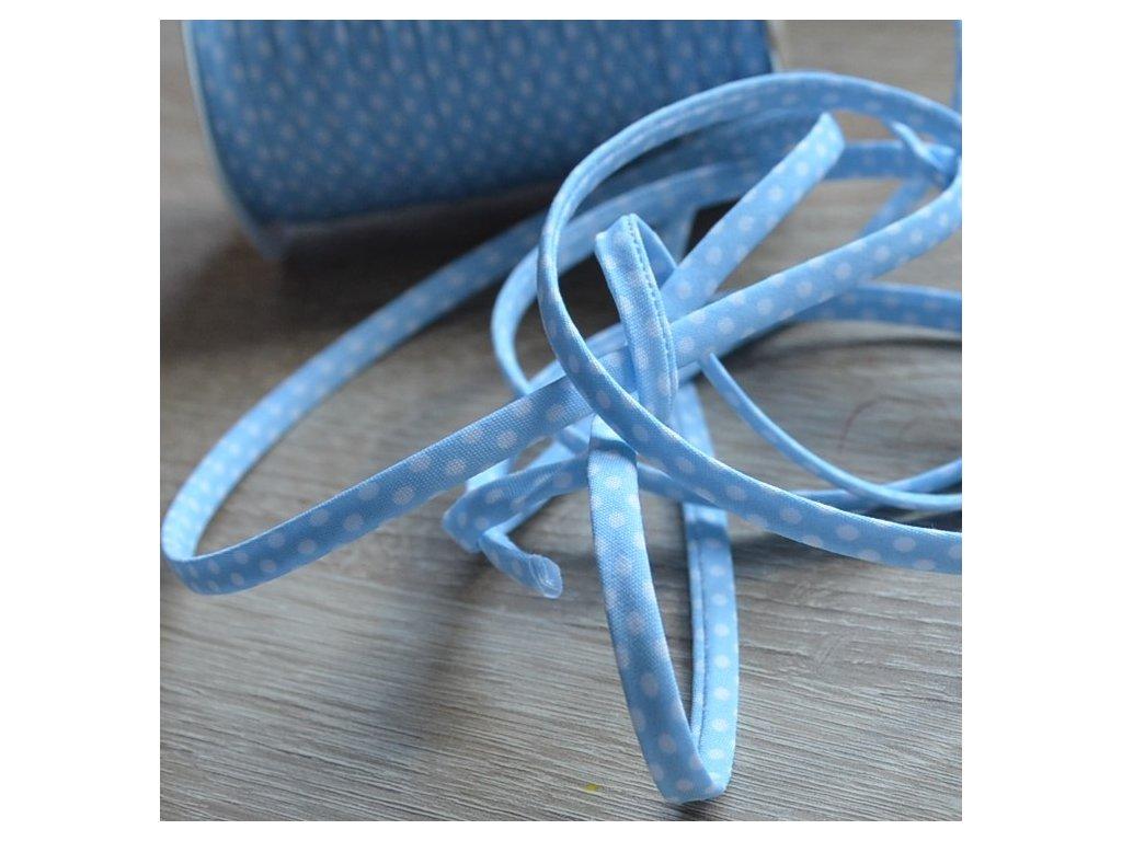 0,5 m šikmý proužek SEŠITÝ (dutinka) světle modrý s puntíky 7 mm (bavlna/polyester)