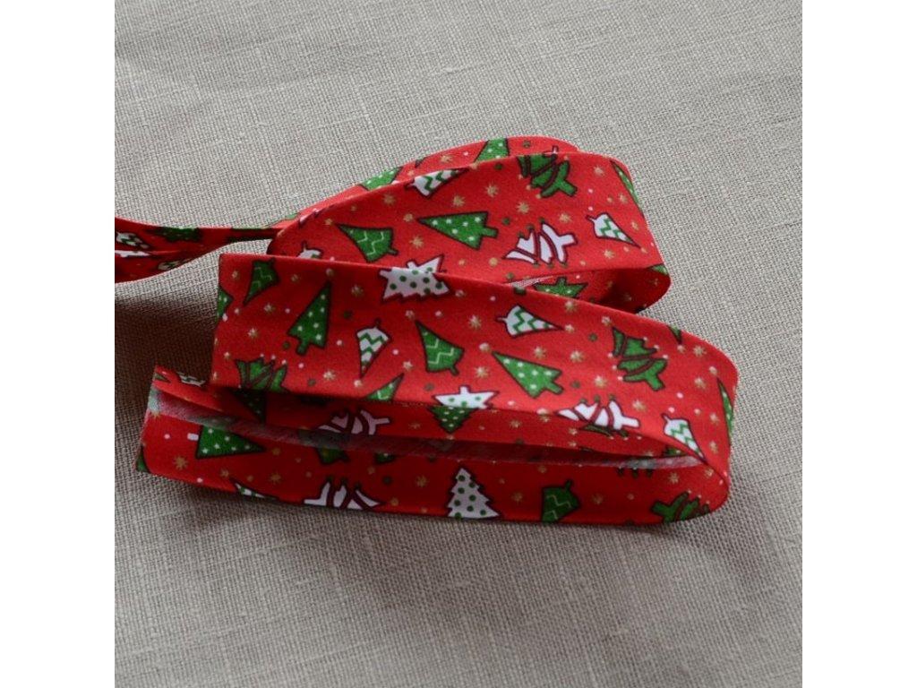 0,5 m šikmý proužek vánoční stromky na červené 30 mm (polyester/bavlna)