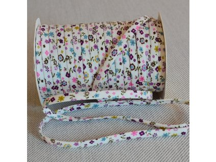 0,5 m šikmý proužek SEŠITÝ (dutinka) drobné květinky fialové 7 mm (bavlna)