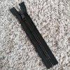 nedělitelný kostěný zip YKK METALUXE- 18 cm, černá stuha, matné černé zuby