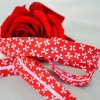 0,5 m šikmý proužek kytičky na červené 18 mm (100 %bavlna)