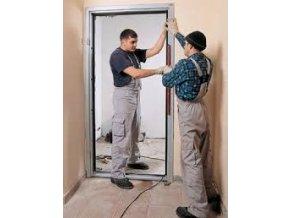 Montáž vonkajších vchodových dverí do domu so zárubňou