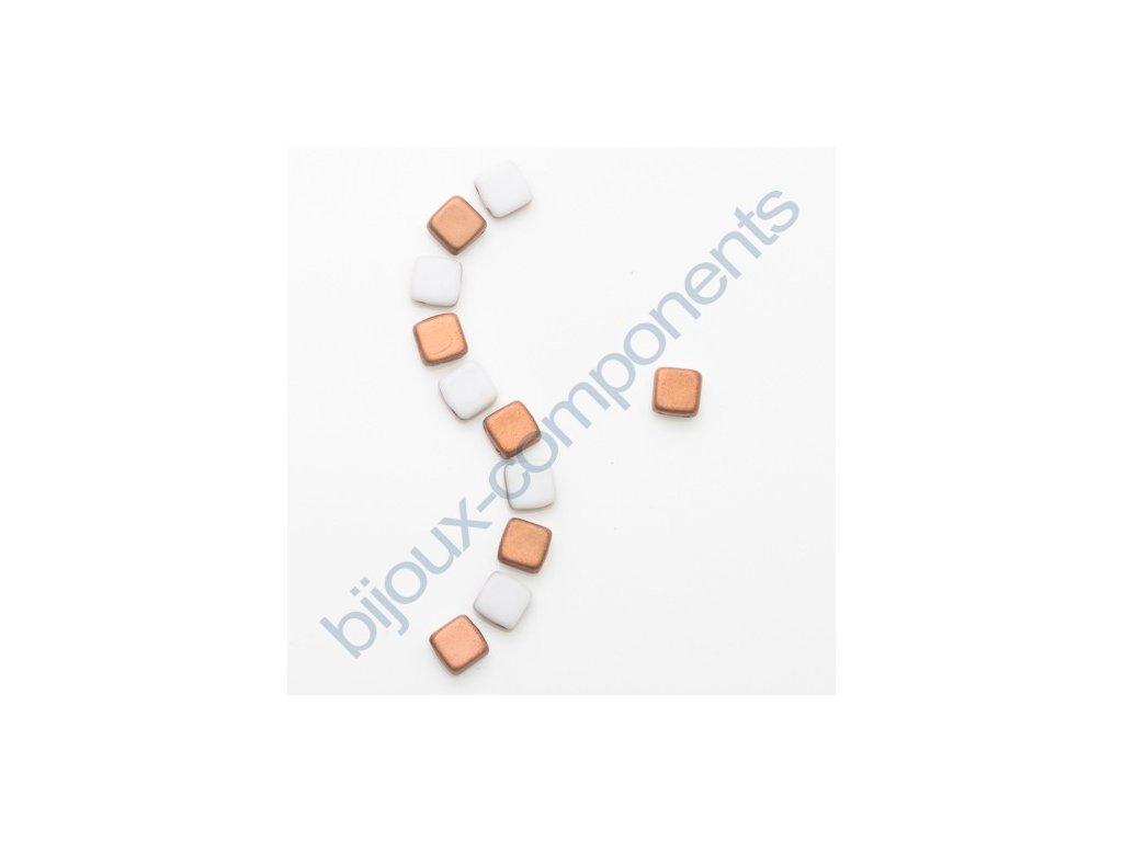 Skleněné korálky mačkané - dvoudírkové čtverečky styl Tile, bílé mat/měděný pokov
