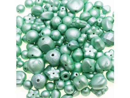 Skleněné mačkané korálky - světle zelené/barvené, mix tvarů a velikostí