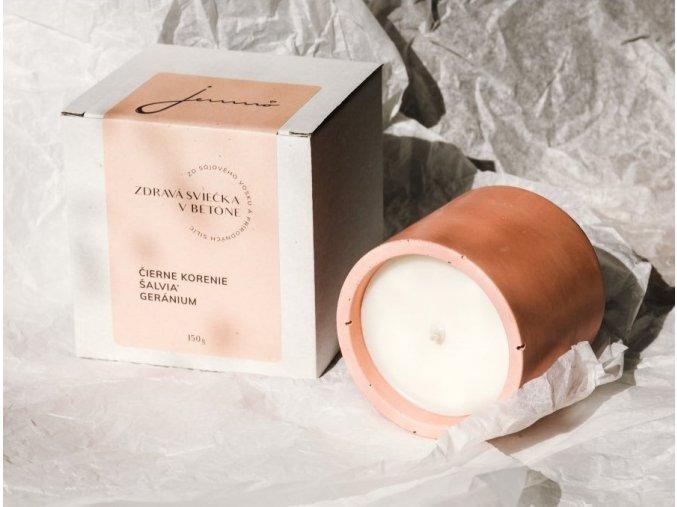 441 zdrava sviecka jemno v betone cierne korenie salvia geranium