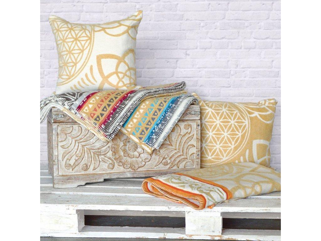 The Spirit of OM SADA pro odpočinek a relaxaci - pléd/deka z bio bavlny s béžovým polštářem