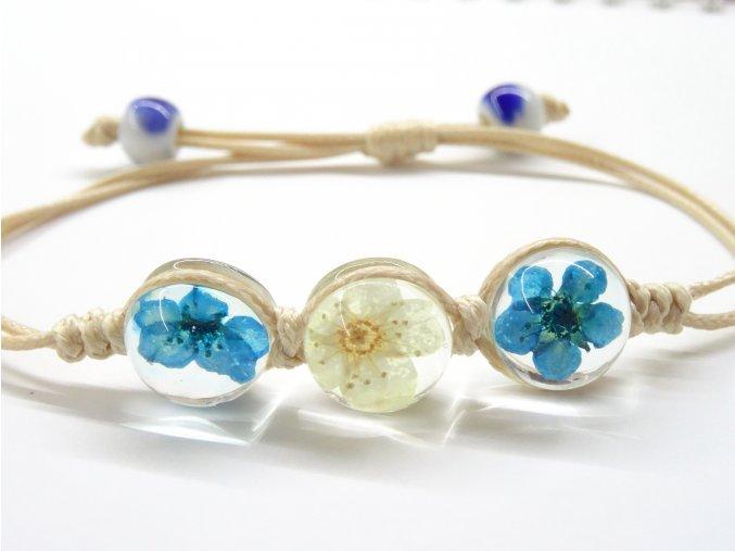 Náramek se zalisovanými květinami - modrý