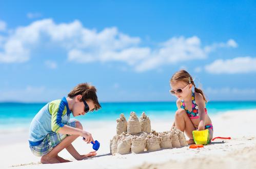 Opaľovacia sezóna sa blíži – ako spoľahlivo ochrániť pokožku detí?