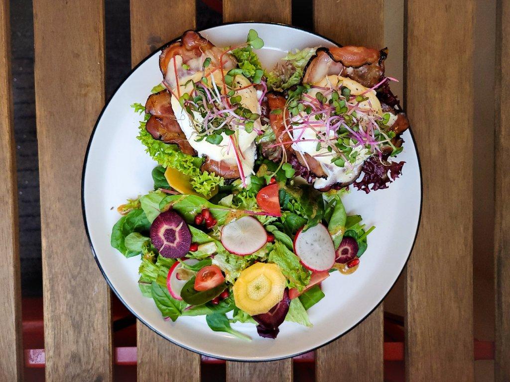 Vejce benedikt (anglický muffin, slanina, pošírované vejce, holandská omáčka, salát)
