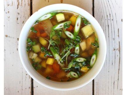 Jarní zeleninová polévka s chřestem, bylinkami