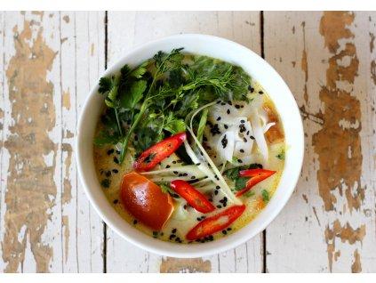 Kuřecí tom kha gai (kuře z farmy rodiny Němcovy) s rýžovými nudlemi a bylinkami