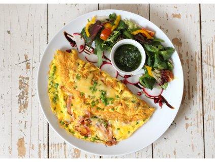 Farmářská omeleta s opečenou slaninou a jemně vyzrálým sýrem gouda, bylinkami a se salátem s dijonským dresingem