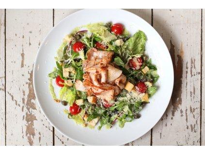 Salát s krůtím pastrami (farma Zelenkovi, sous vide), rajčaty, kapary a parmezánem, česnekové krutony, bazalková aioli