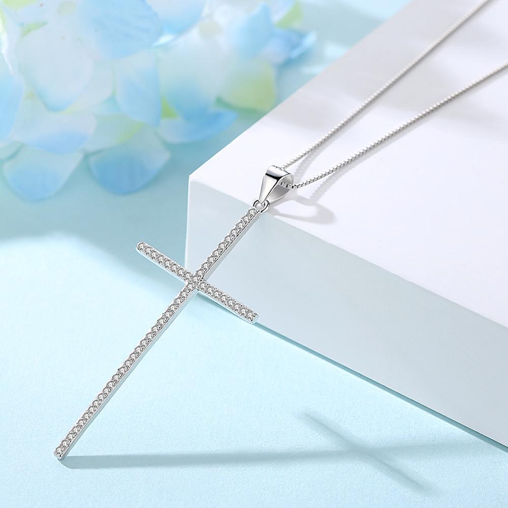 Strieborný dámsky náhrdelník s príveskom v tvare zirkónového krížika