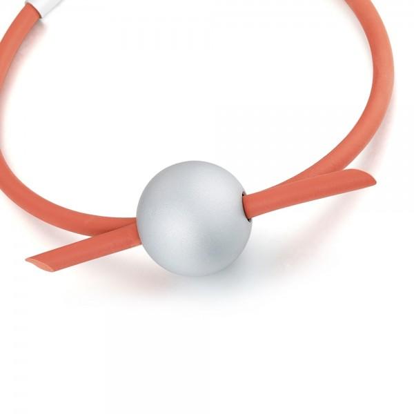 Krátky, červený náhrdelník so šedou guľkou