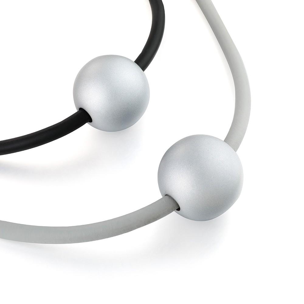 Dlhý sivo - čierny náhrdelník