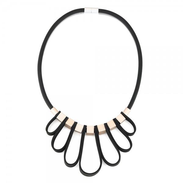 Krátky čierny náhrdelník s aplikáciou