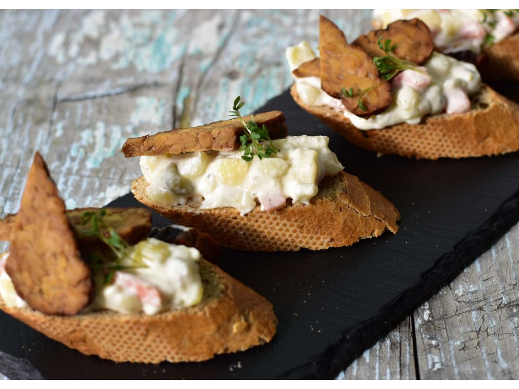 oblozeny chlebicek s bramborovym salatkem a tempehem 277 1