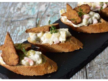 Obložený chlebíček s bramborovým salátkem a tempehem produkt