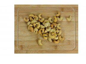 Kešu ořechy W320 pražené, solené