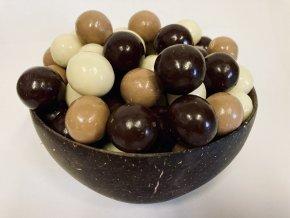 lískové ořechy v mléčné čokoládě, hořké čokoládě a jogurtové polevě