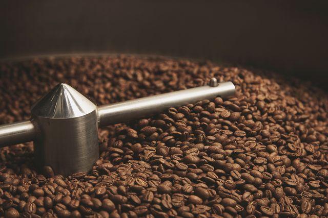 Světle nebo tmavě pražená kávová zrna. Která jsou lepší?