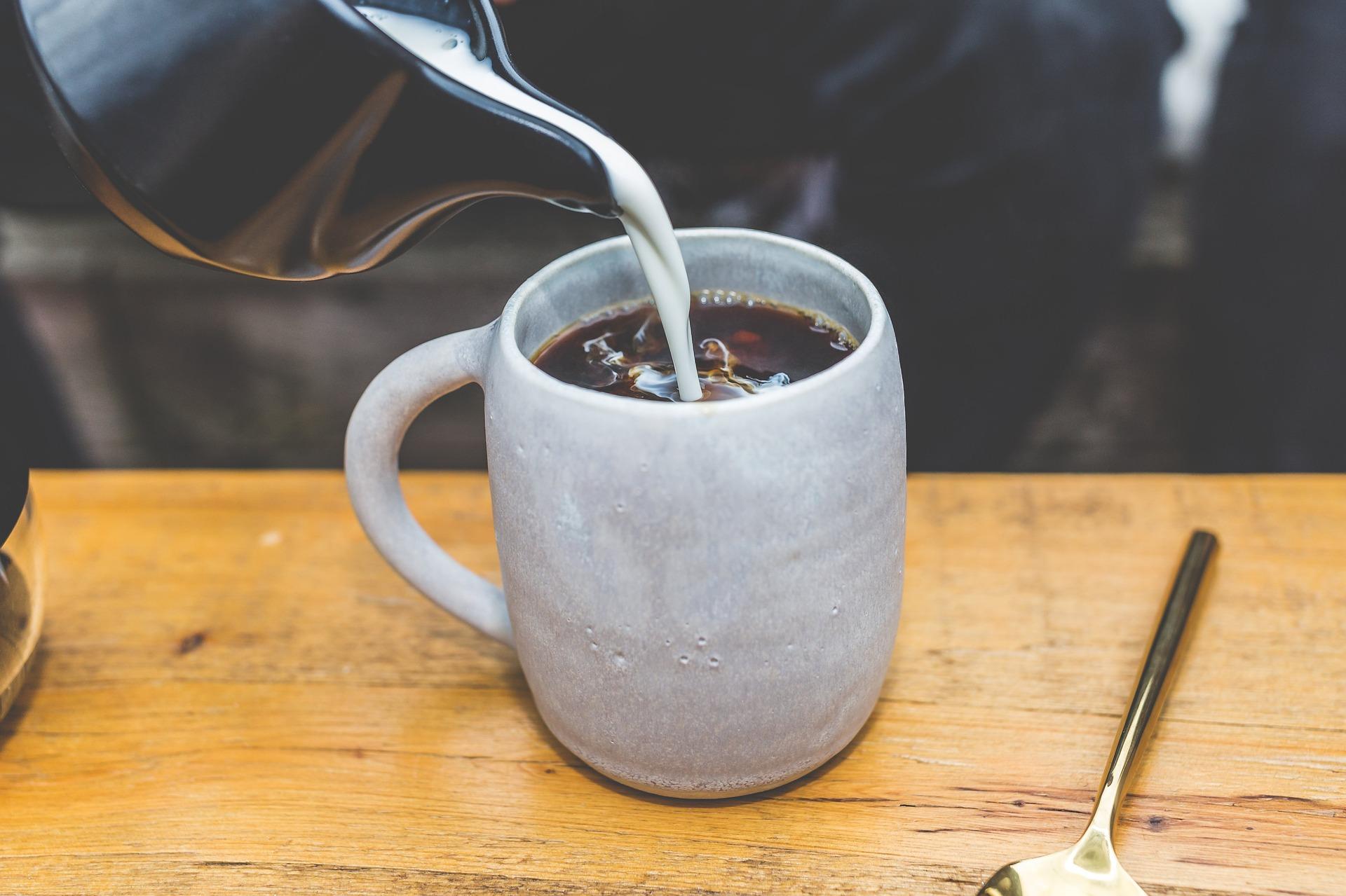 Kafe s mlékem. Ano, nebo ne?