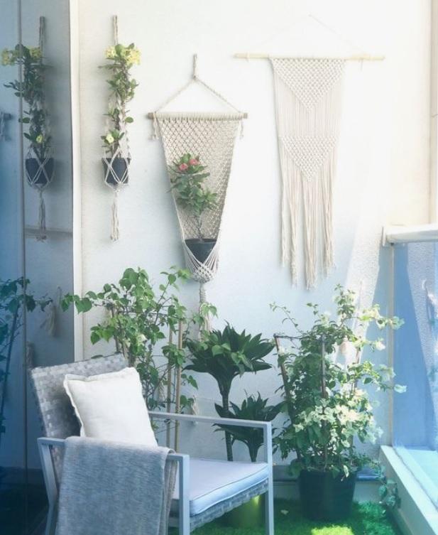 macrame-kvetinac-na-balkone-boho