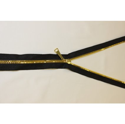 Zip plastový černý se zlatými zoubky
