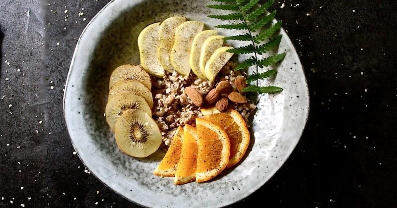 Bohatá snídaně s ovocem a semínky